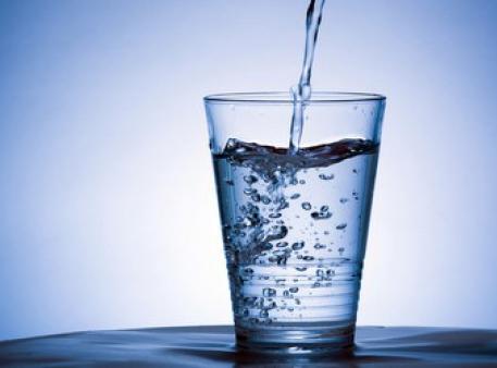 Jak odwrócić pełną szklankę i nie rozlać wody
