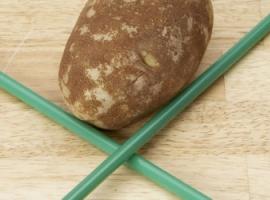 Przekłucie ziemniaka słomką