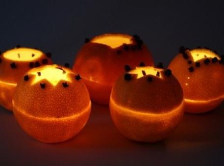 Abażury pomarańczowe ze świeczkami w środku