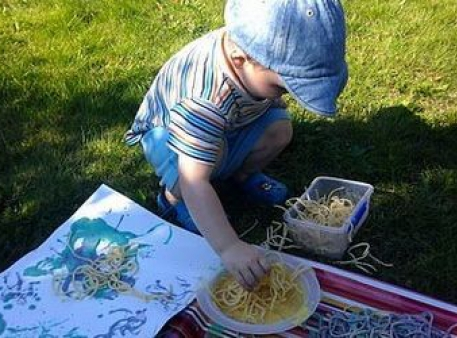 """Gra """"Malujemy za pomocą spaghetti"""""""