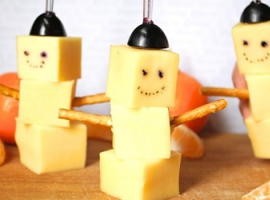 Częstowania noworoczne: bałwanki z sera do stołu