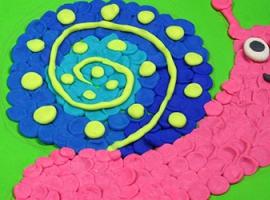 Wesoły ślimaczek, wykonany z kolorowej ciastoliny