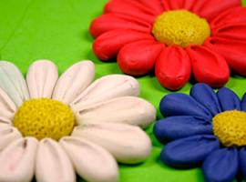 Kwiaty plastelinowe z płatkami objętościowymi