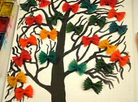 Narysowane drzewo o jaskrawych kokardkach