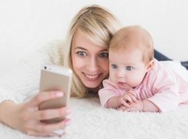 Rodzice zapatrzeni w iphony: jak to wpływa na dziecko